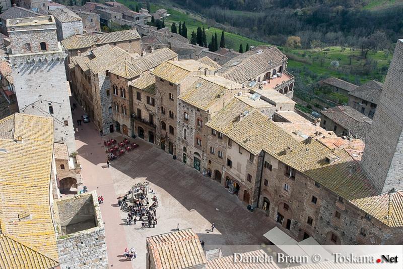 Piazza della Cisterna a San Gimignano - Siena