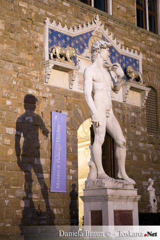 David di Michelangelo davanti al Palazzo Vecchio Firenze