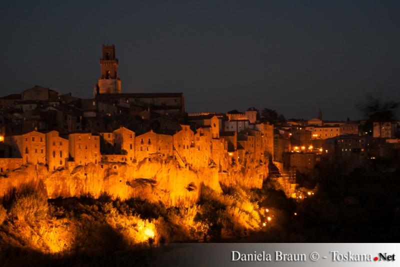 Vista su Pitigliano di notte