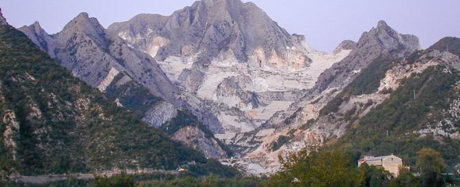 Blicka uf die Marmorsteinbrüche von Carrara