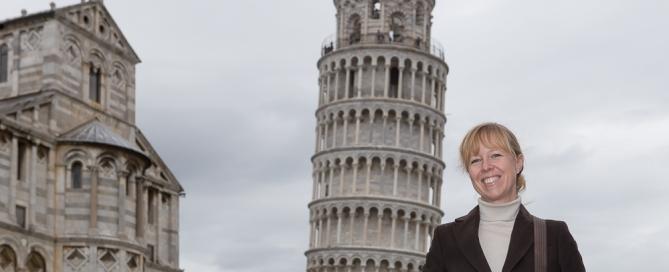 Vor dem Schiefen Turm in der Piazza dei Miracoli in Pisa Toskana