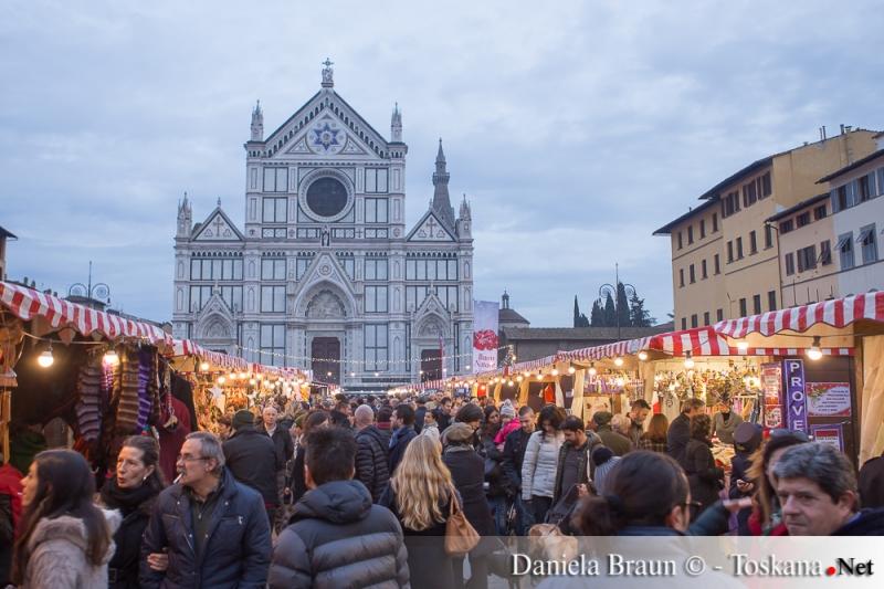 Der Weihnachtsmarkt in der Piazza Santa Croce in Florenz Toskana