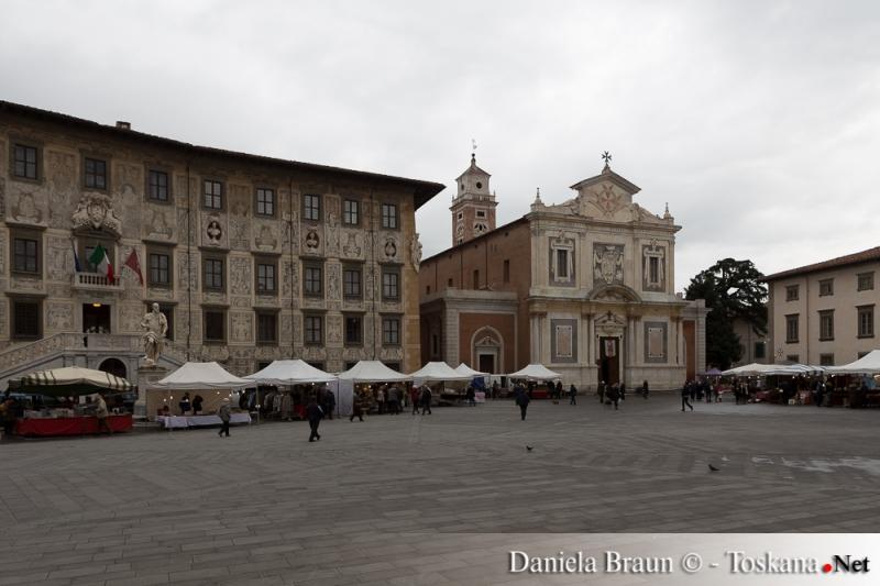 Weihnachtsmarkt vor der Scuola Normale di Pisa in der Piazza dei Cavalieri