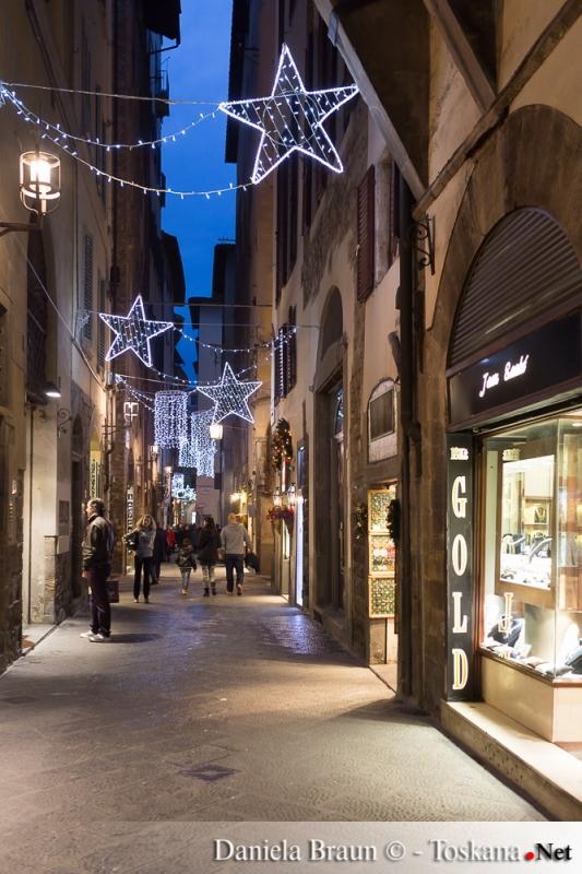 Weihnachtlich geschmückte Gassen in Florenz Toskana