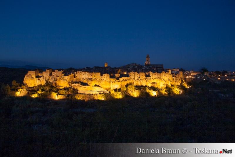 Herrlicher Blick auf das golden leuchtende Pitigliano bei Nacht - Maremma Toskana
