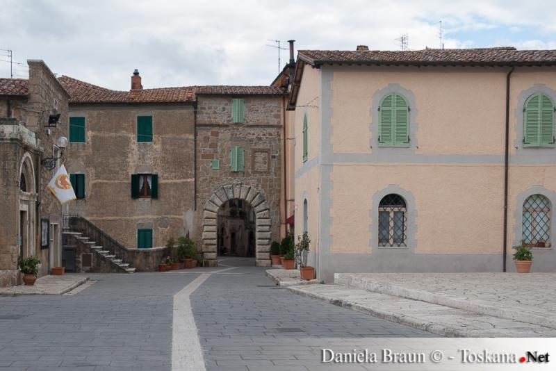 Historischer Ortskern des Tuffsteinortes Sorano Maremma Toskana