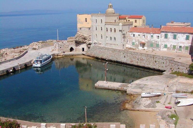 Kleiner Hafen auf der Insel Pianosa