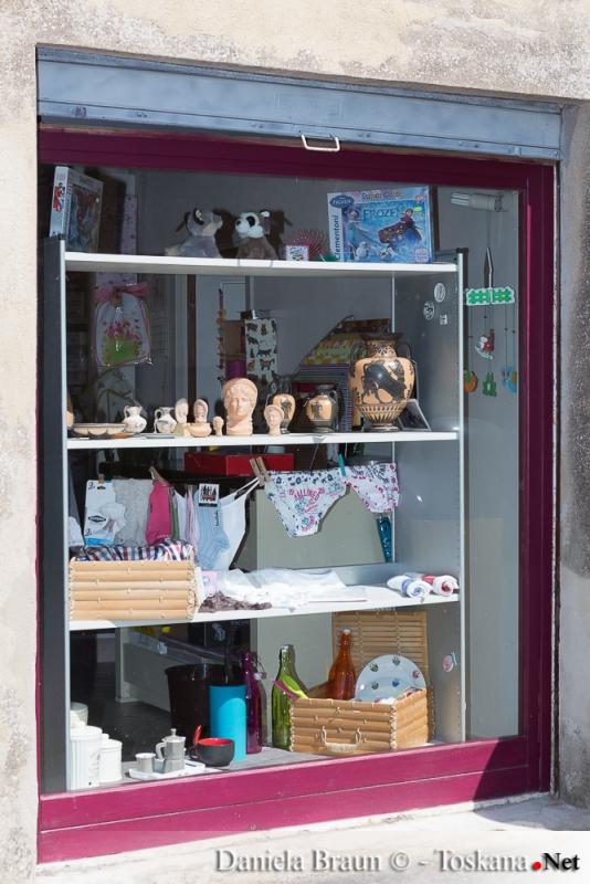 Einziger Laden in Vetulonia, von der Unterwäsche, Haushaltswaren, Spielzeug bis hin zu Souvenirs