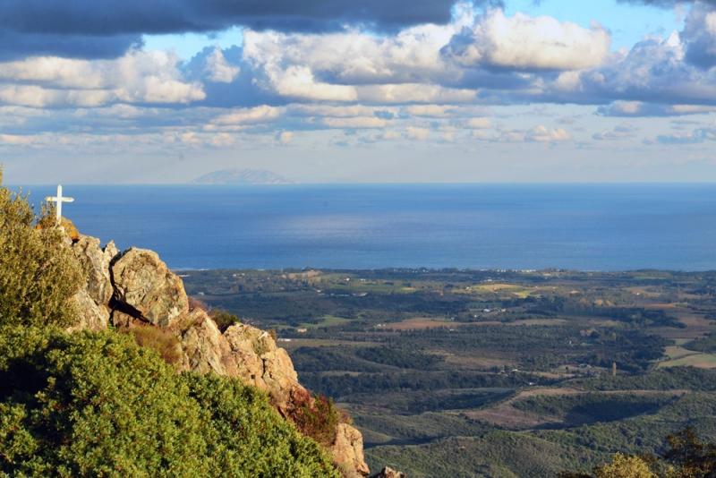 Blick auf Montecristo von der Insel Korsika