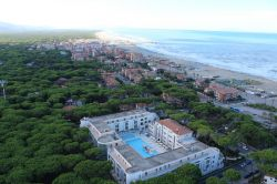 Hotel Terme Marine Leopoldo II - View over the hotel with the beach and the sea in the background