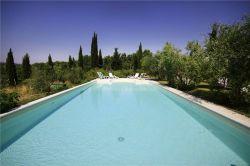 Grande piscina nel giardino dell'agriturismo vicino a Volterra Toscana